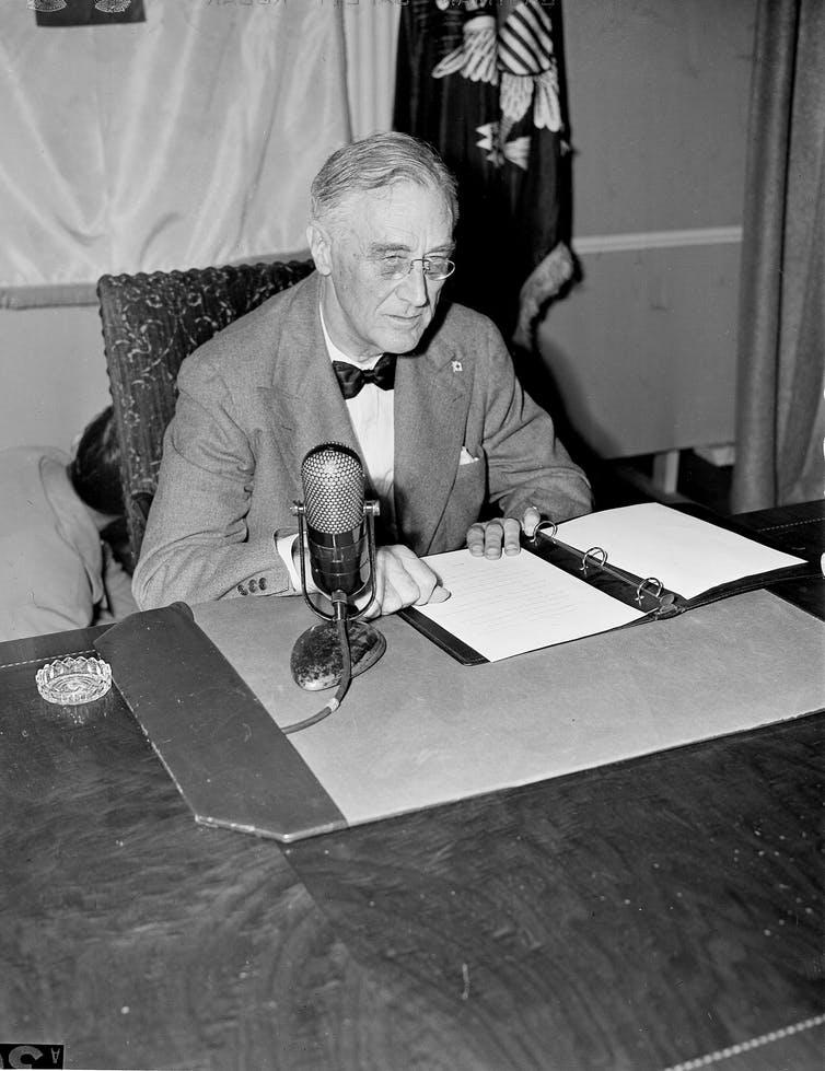 Franklin Roosevelt à son bureau