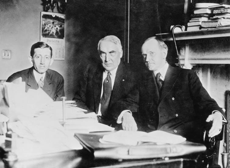 Trois hommes en réunion.